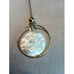 collier médaille ange en nacre entourée de cercle plaqué or